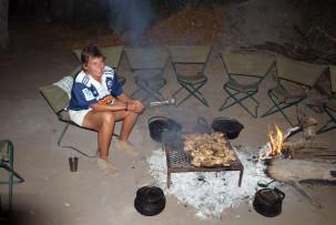 Essen am Lagerfeuer im Okavangodelta