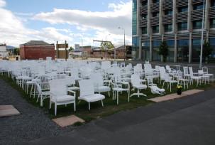 185 weisse Stühle