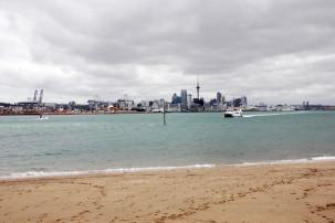 Blick von Devonport auf  Auckland und die Fähre