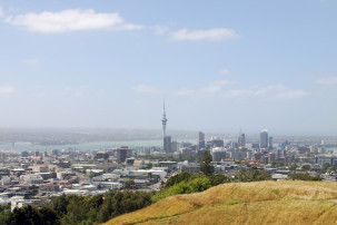 Blick vom Mount Eden auf die Skyline von Auckland