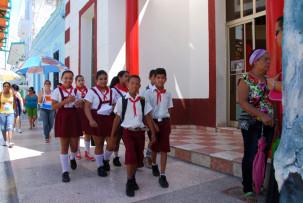 Schulkinder in der Fußgängerzone in Bayamo