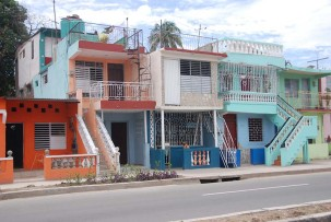 Farbenfrohe Häuserreihe in Santiago de Cuba