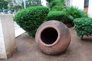 Ein für Camagüey typischer tinajones (Tonkrug)